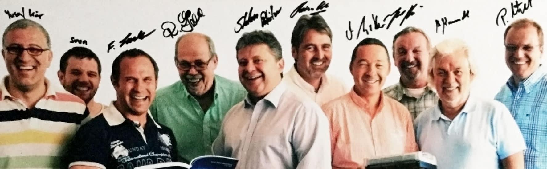 Gruppenbild voller Freude und Erfolg